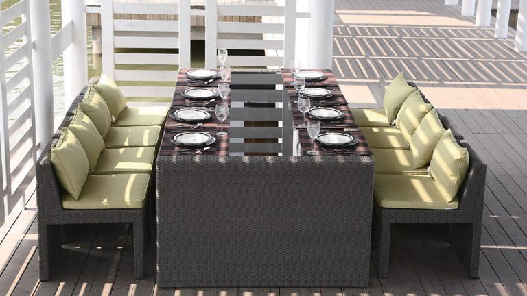 salon-table-jardin-terasse-salle a manger-repas-chaises-rotin-confort-mobilier-exterieur