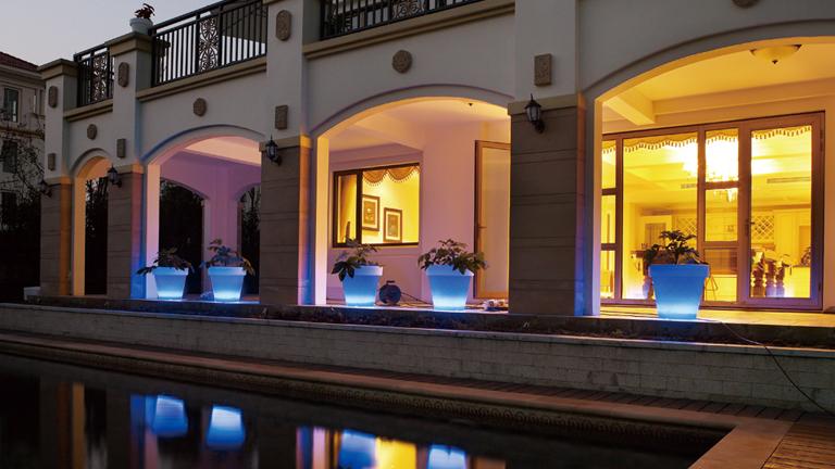 pots lumineux autour d'une piscine